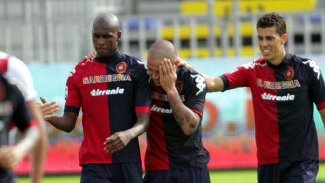 Radja Nainggolan (tengah) rayakan gol ke gawang Bologna