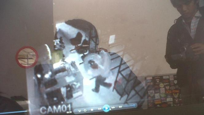 Perampok di Bogor terekam CCTV