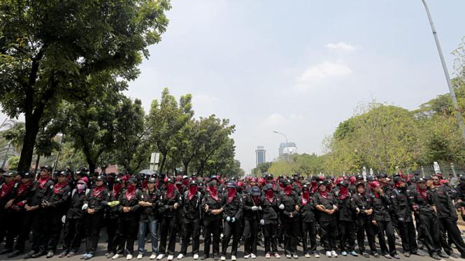 Ribuan Buruh Berdemo di Balaikota