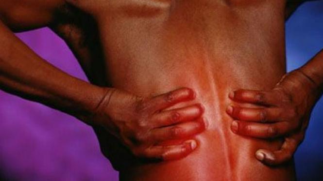 Batu ginjal sering menyebabkan nyeri pada bagian punggung.