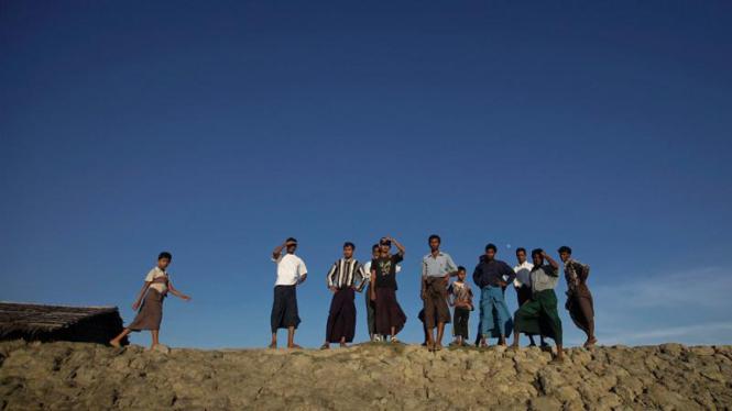 Muslim Rohingya menunggu kapal untuk ke kamp pengungsi