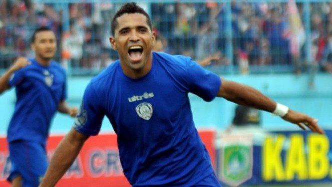Penyerang Arema ISL, Beto Gonchalvez, usai cetak gol
