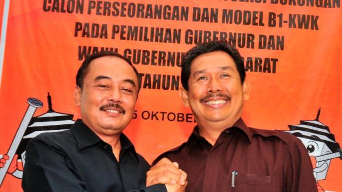 Pasangan cagub Jawa Barat Dikdik Mulyana Arief Mansyur dan Cecep Toyib