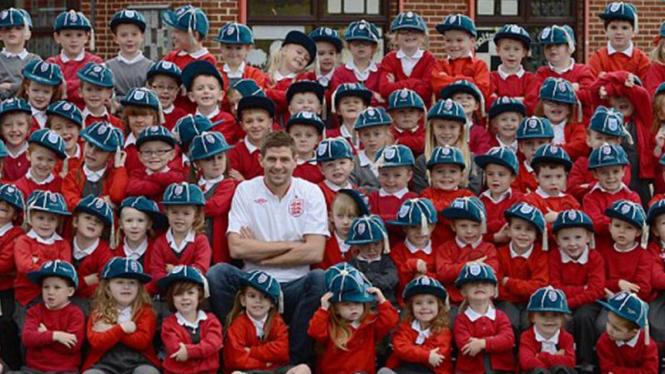 Steven Gerrard berpose dengan 99 anak SD