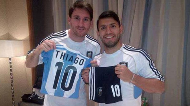 Lionel Messi dan Sergio Aguero memamerkan jersey Argentina