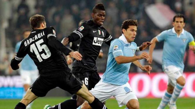 Andrea Barzagli dan Paul Pogba berebut bola dengan pemain Lazio
