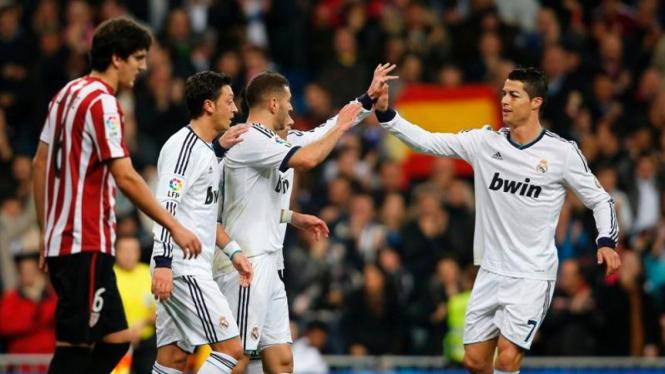Pemain Real Madrid (putih) merayakan gol ke gawang Bilbao