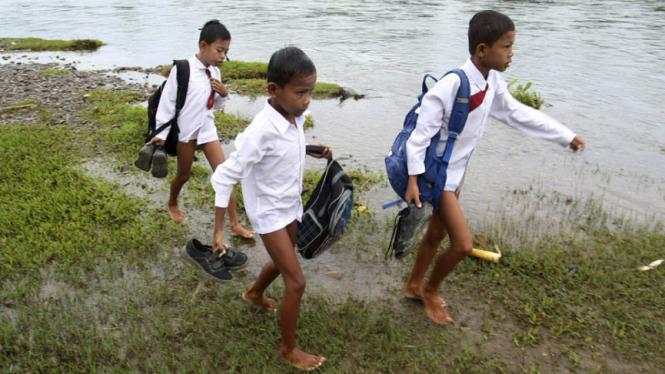 Seberangi Sungai Untuk Ke Sekolah