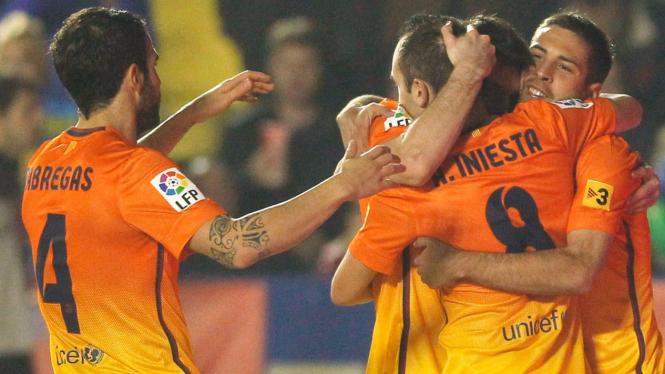 Pemain Barcelona rayakan gol Lionel Messi