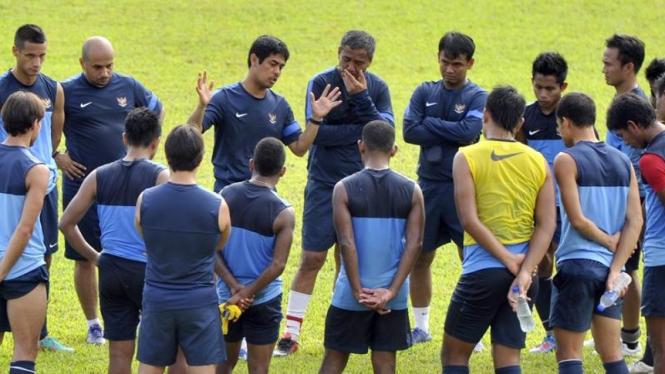 Pelatih Timnas Indonesia, Nil Maizar (tengah), berbicara pada tim
