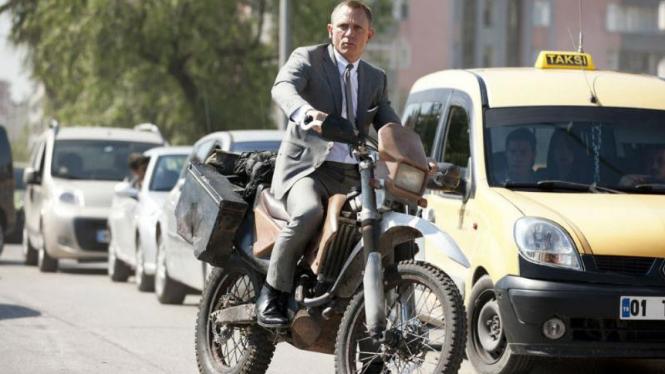 Daniel Craig, pemeran James Bond mengendari motor Honda CFR450R