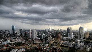 https://thumb.viva.co.id/media/frontend/thumbs3/2012/12/03/182433_cuaca-buruk-jakarta_325_183.jpg