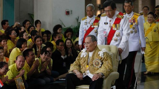 Raja Thailand Bhumibol Adulyadej berulang tahun ke-85