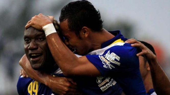 Pemain Persib, Herman Dzumafo (kiri) dan Atep