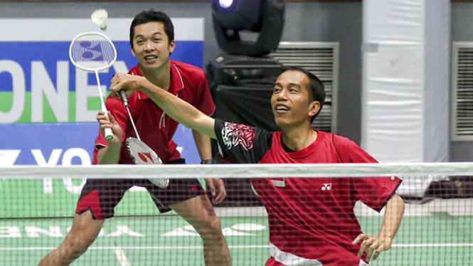 Aksi Jokowi Bermain Bulutangkis