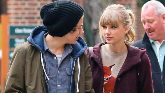 Taylor Swift Tertangkap Kamera Cium Harry Styles