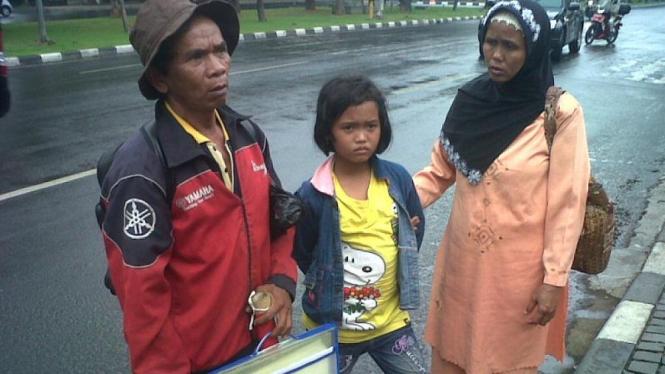 Kasdi dan keluarganya ditolak masuk ke gedung MA.