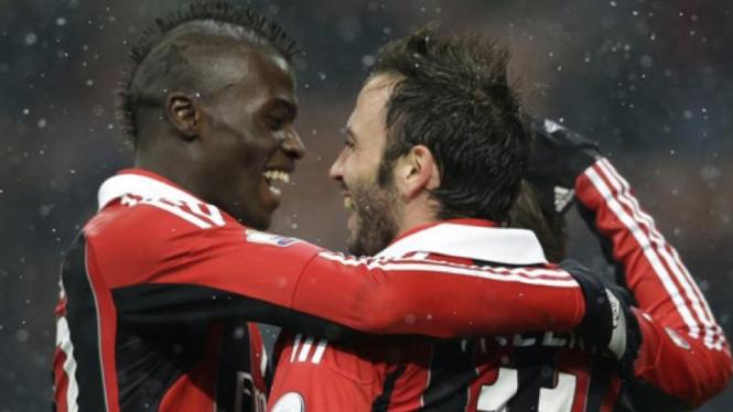 Pemain AC Milan, M'Baye Niang (kiri)