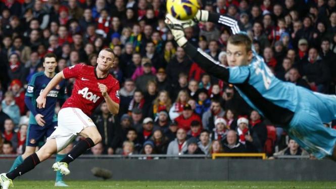 Pemain Manchester United, Tom Cleverley, saat mencetak gol