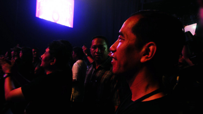 Jokowi saat menonton konser band genre rock.