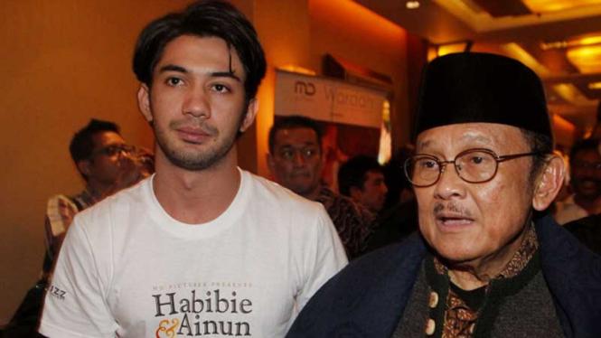 Reza Rahadian dan BJ Habibie saat acara Screening Film Habibie & Ainun beberapa waktu silam.