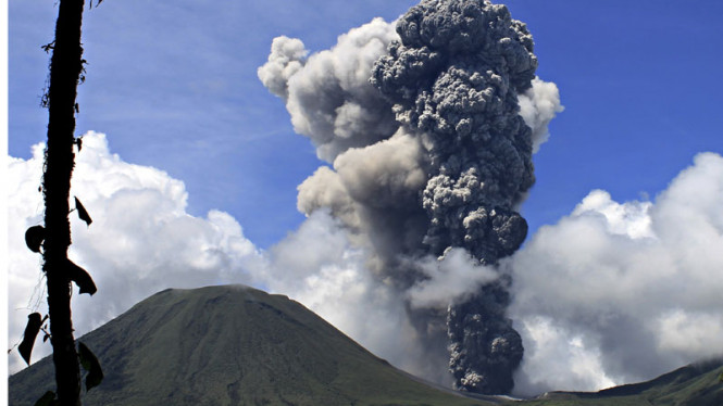 Gunung Lokon Meletus 17 Desember 2012