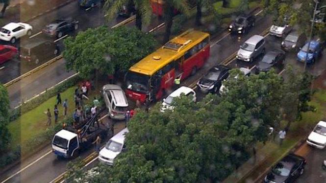 Kecelakaan Busway & Toyota Fortuner di Sudirman