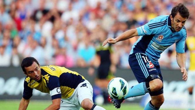 Alessandro Del Piero dihadang pemain Central Coast, John Hutchinson