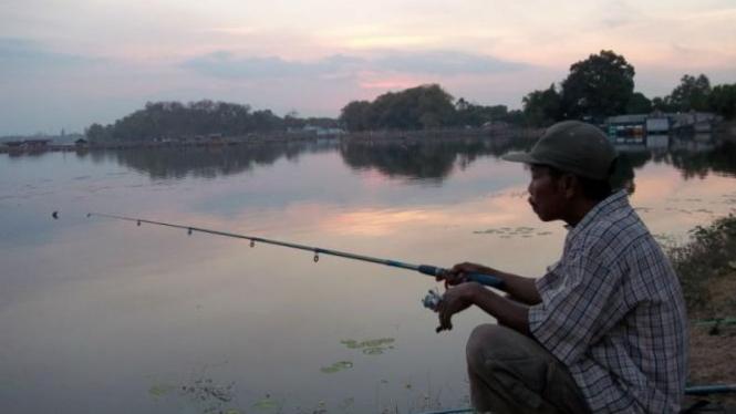 Memancing Ikan Di Ranu Grati