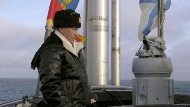 Presiden Rusia Vladimir Putin di atas kapal nuklir Arkhangelsk, 2004.