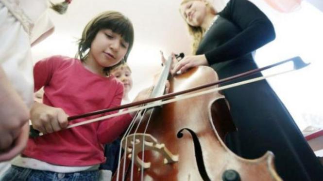 Belajar bermain alat musik