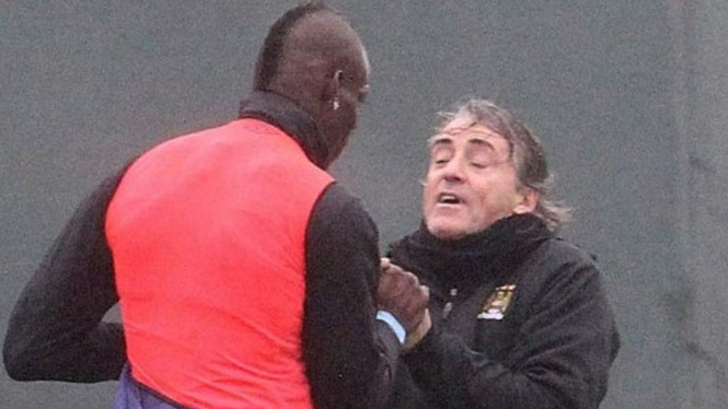 Mario Balotelli cengkram tangan Roberto Mancini