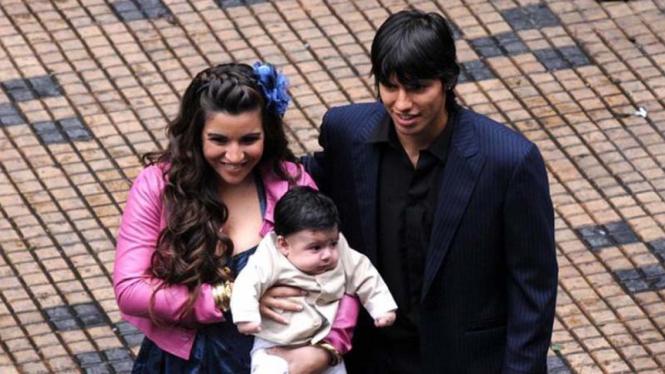 Sergio Aguero bersama istri, Giannina dan putra mereka, Benjamin