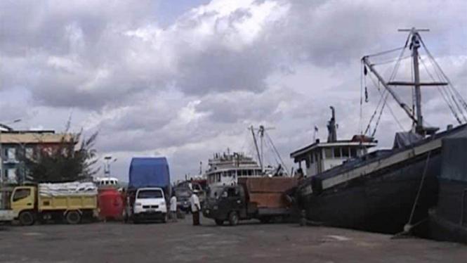 Kapal dilarang berlayar karena cuaca buruk
