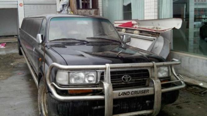 Toyota Landcruiser versi Limusin