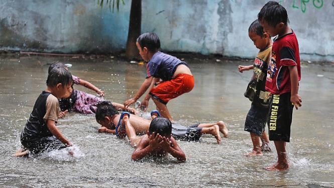 Anak-anak Bermain Air Hujan