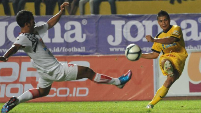 Striker Sriwijaya FC, Tantan (kanan)