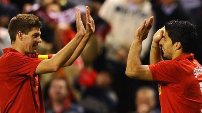 Steven Gerrard (kiri) dan Luis Suarez