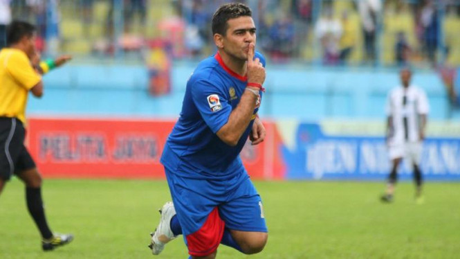 Striker Arema, Cristian Gonzales