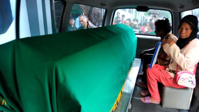 Orangtua membawa jasad bocah RI pulang untuk dimakamkan