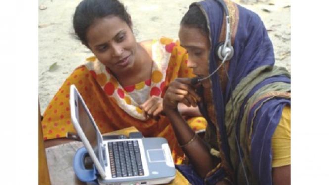 Wanita Bangladesh sedang berkomunikasi