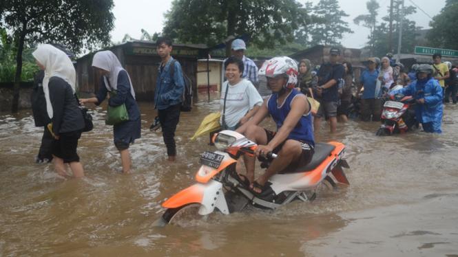 Jalanan Ciledug Raya Banjir