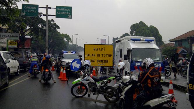 Banjir di Kampung Melayu, Jalanan Lumpuh Total