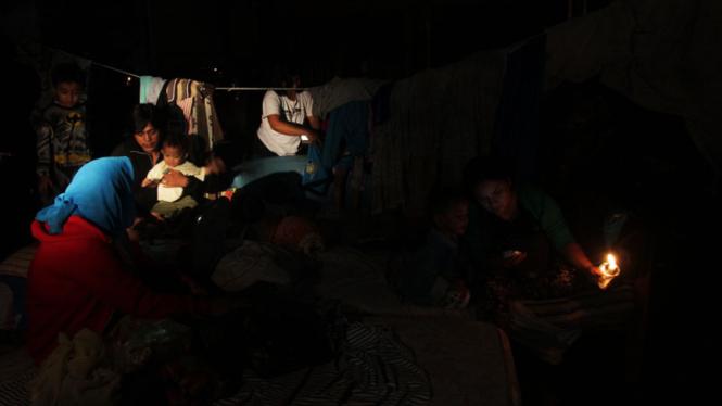 Warga Korban banjir Mengungsi Di Kolong Jembatan