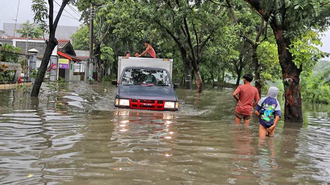 Mobil Nekat Terobos Banjir
