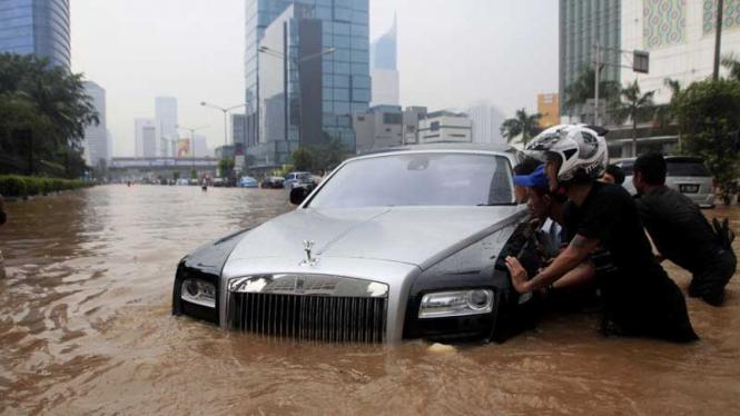 Mobil Super Mewah Rolls-Royce Terendam Banjir Jakarta