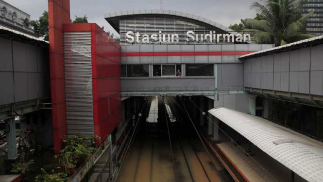 Tanggul BKB Jebol, Rel Kereta Terendam, Stasiun Sudirman Terendam