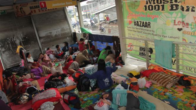 Korban Banjir Mengungsi di Halte Busway