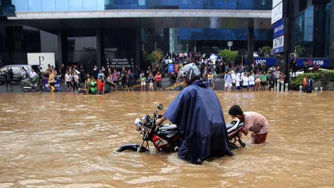 Bundaran HI Terendam Banjir, Banjir di Depan UOB Plaza