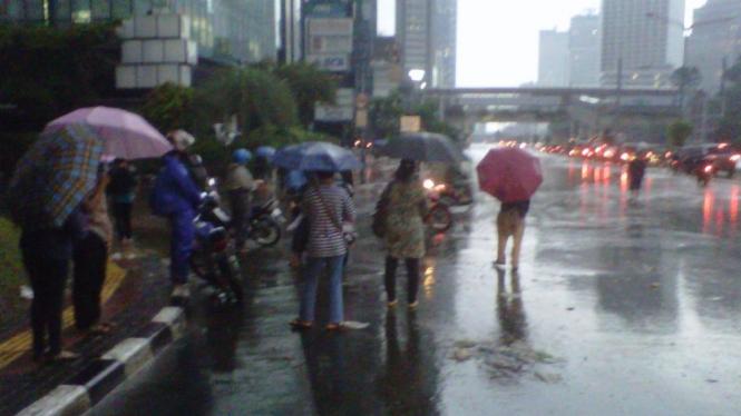 Banjir Jakarta, Karyawan Mulai Masuk Kerja